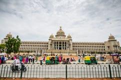 走横跨Vidhana Soudha的人们 库存照片