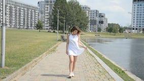 走沿一条小径的女孩在公园 影视素材