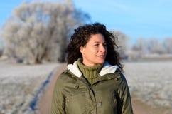 走沿一条结霜的农村路的俏丽的妇女 库存照片