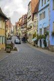 走沿中世纪街道的人们 库存图片
