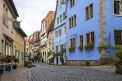 走沿中世纪街道的人们 免版税库存图片