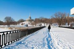 走沿中央散步的一个人在冬天在伏尔加格勒 库存照片