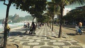 走沿伊帕内马人行道在里约热内卢,巴西 股票视频