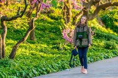 走沿公园足迹的妇女在春日 巴塞罗那卡塔龙尼亚 免版税库存图片