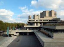 走沿国家戏院的广场的人们在伦敦和泰晤士河的步行南银行的 库存图片