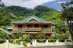 走沿在Mahe,塞舌尔群岛西部的街道花花公子Vallon海滩的男孩  库存照片