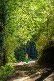 走沿在troodos山的一条供徒步旅行的小道,塞浦路斯, 3的女孩和她的狗 库存照片