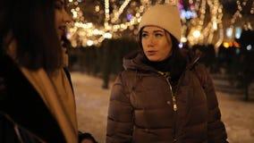 走沿夜胡同的愉快的女孩装饰通过诗歌选和谈话 股票视频