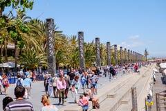 走沿小游艇船坞海湾的人们在海滩附近在巴塞罗那 西班牙 库存照片