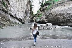 走沿峡谷的少妇 阿迪格共和国共和国山河在俄罗斯 免版税图库摄影