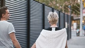 走沿平衡的愉快的不同种族的浪漫夫妇伦敦苏豪区,结合在一起使手,探索的城市街道的纽约 股票视频