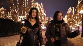 走沿有拿着闪烁发光物的诗歌选的美妙的夜胡同的妇女朋友 股票视频