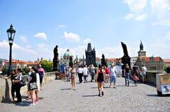 走沿查理大桥的游人在布拉格,捷克 库存图片