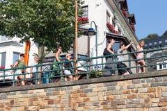 走沿比利时肉汤的河Semois的愉快的家庭 库存图片