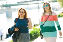 走沿江边的两名妇女 库存照片