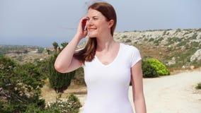走沿沙子道路的少妇 享受假期的无忧无虑的女性旅客 影视素材