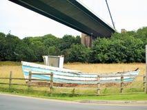 走沿河Humber英国在亨伯桥下 免版税库存照片