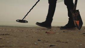 走沿沿沙子的海的寻宝人与金属寻找者 股票视频