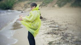 走沿海旅行的生活方式冒险的愉快的女孩假期户外 在时兴打扮的女孩 股票录像