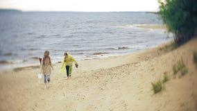 走沿海旅行的生活方式冒险的愉快的女孩假期户外 在时兴打扮的女孩 影视素材
