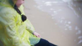 走沿海旅行的生活方式冒险的愉快的女孩假期户外 在时兴打扮的女孩 股票视频