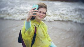 走沿海旅行的生活方式冒险的愉快的妇女假期户外 在时兴打扮的女孩 影视素材