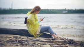 走沿海旅行的生活方式冒险的愉快的妇女假期户外 在时兴打扮的女孩 股票录像