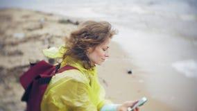 走沿海旅行的生活方式冒险的愉快的妇女假期户外 在时兴打扮的女孩 股票视频