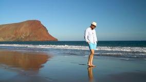 走沿海洋海滩的愉快的人在日落 无忧无虑的现代生活的概念 特内里费岛, Canarian海岛,西班牙 影视素材