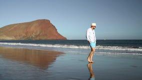 走沿海洋海滩的愉快的人在日落 无忧无虑的现代生活的概念 特内里费岛, Canarian海岛 股票视频