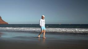 走沿海洋海滩的愉快的人在日落 无忧无虑的现代生活的概念 特内里费岛, Canarian海岛 影视素材