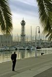 走沿海边散步的一个人在巴塞罗那口岸 库存照片
