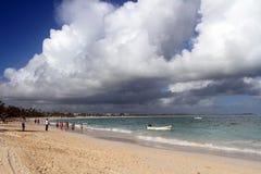 走沿海滩的人们在多米尼加共和国 免版税图库摄影