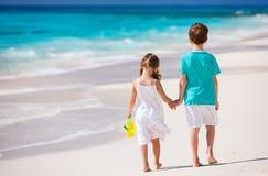 走沿海滩的二个孩子在加勒比 免版税库存图片