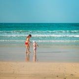 走沿海滩的妹 免版税图库摄影