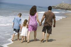 走沿海滩的家庭 免版税库存照片