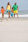 走沿海滩的家庭 库存照片