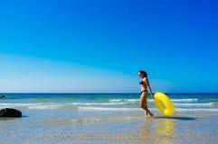 走沿海滨的海滩女孩在卡迪士 免版税图库摄影