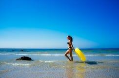 走沿海滨的海滩女孩在塔里法角 库存图片