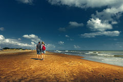 走沿海滩的年轻夫妇一起走概念背面图 免版税库存照片