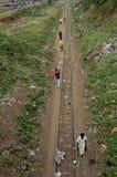 走沿火车铁路轨道的人们 免版税图库摄影