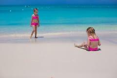 走沿白色海滩的小逗人喜爱的女孩 免版税库存图片