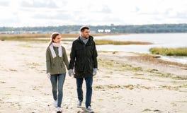 走沿秋天海滩的夫妇 免版税库存照片