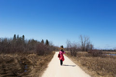 走沿自然痕迹的妇女 免版税图库摄影
