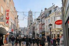 走沿街道的人们在乌得勒支,荷兰的历史的中心 库存图片