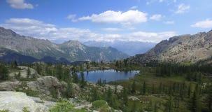 走沿足迹的向前pov发现清楚的蓝色湖 远足的或迁徙的冒险在户外绿化自然 股票视频