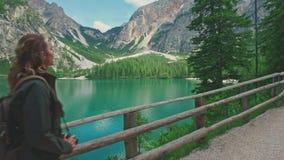 走沿路的妇女远足者在Lago di Braies附近 影视素材