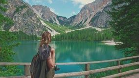 走沿路的妇女远足者在Lago di Braies附近 股票录像