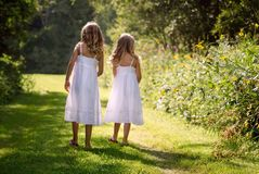 走沿道路的小女孩 库存图片