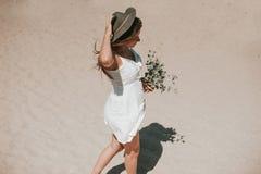 走沿采摘野生植物的海滩 免版税库存照片